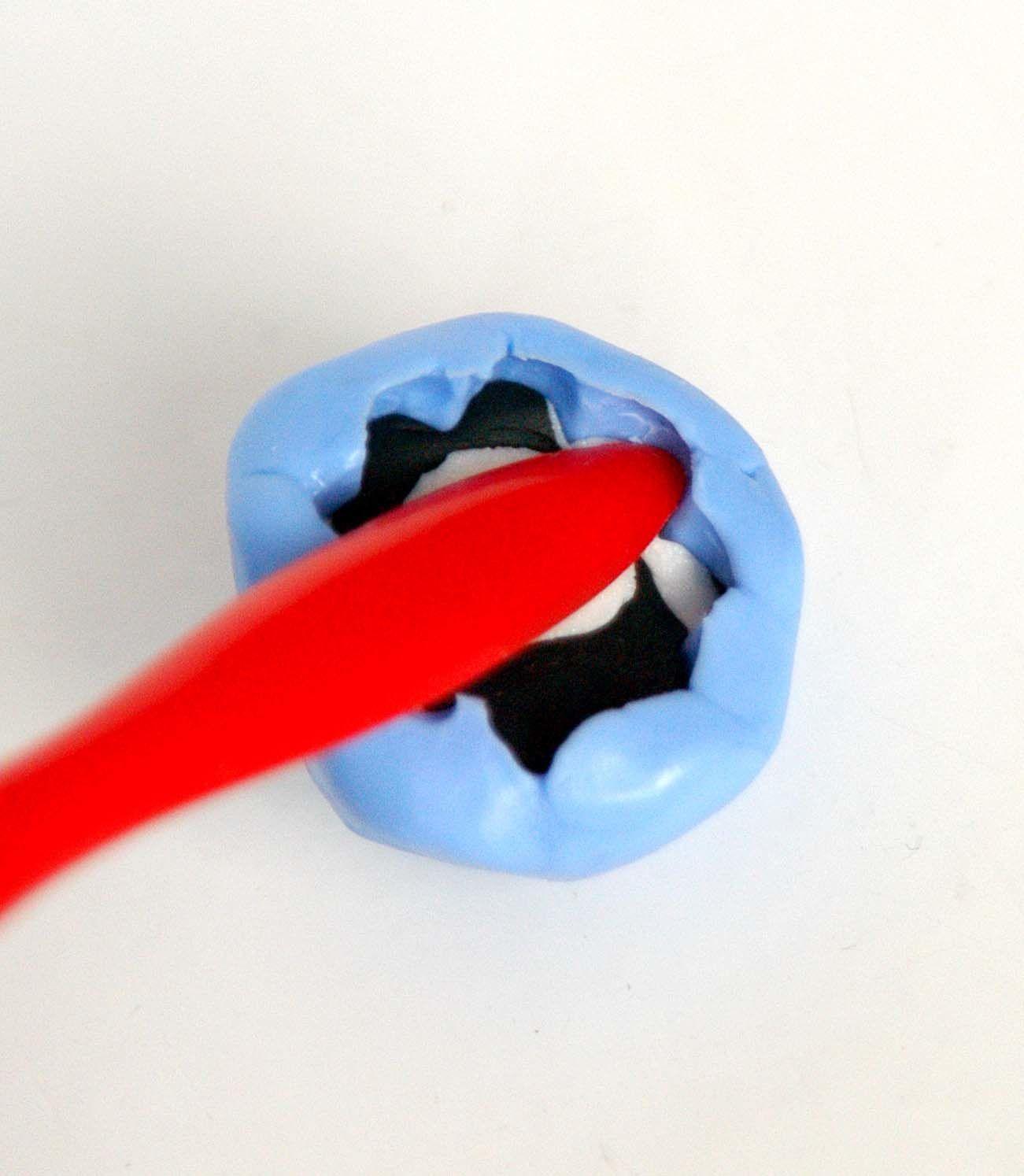WePAM Kaltporzellen wird in die Silikonform eingedrückt.