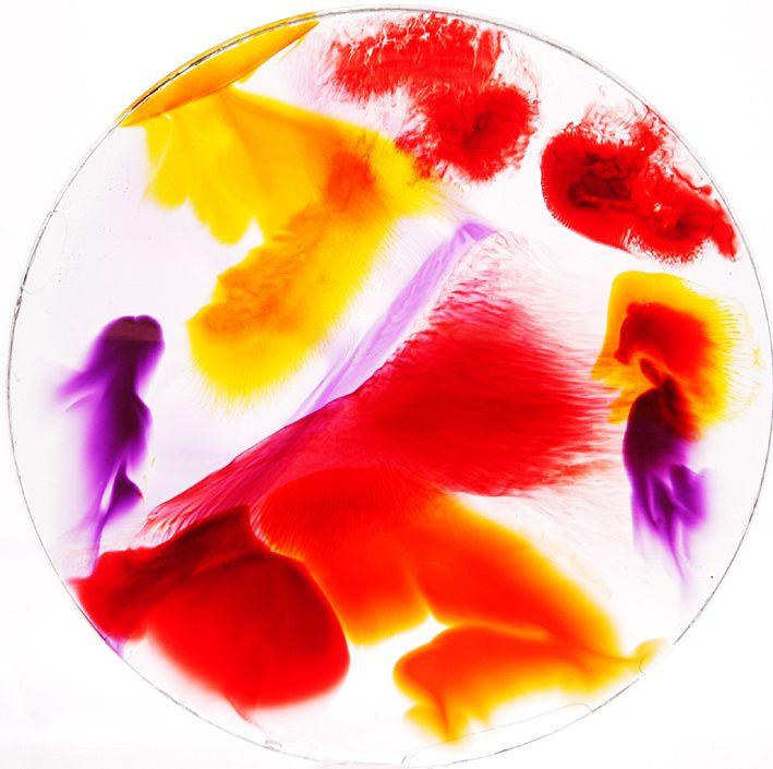 Kunstharz-Deko mit transparneten Farbeffekten.
