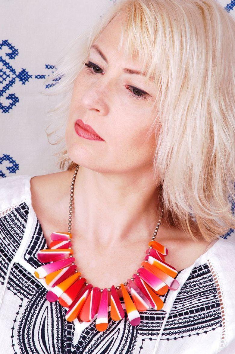 Handgefertigte Perlen aus Giessharz bilden den Kernstück des sommerlichen Looks.