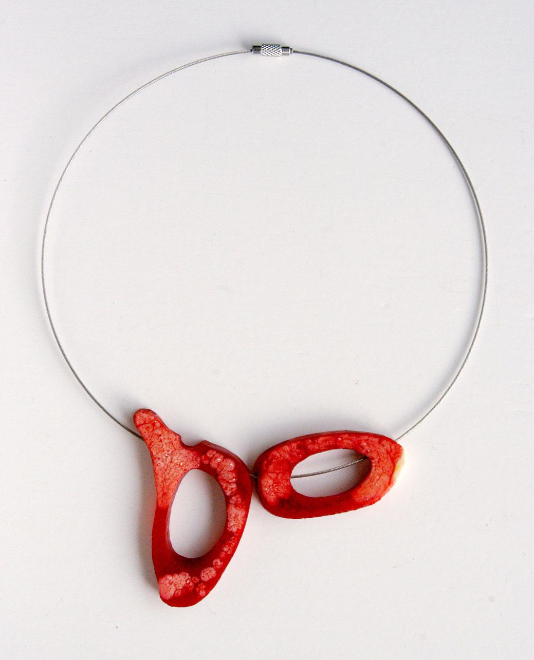 Collier aus Kunstharzelementen aus der Edna Mo Schmuckmanufaktur.