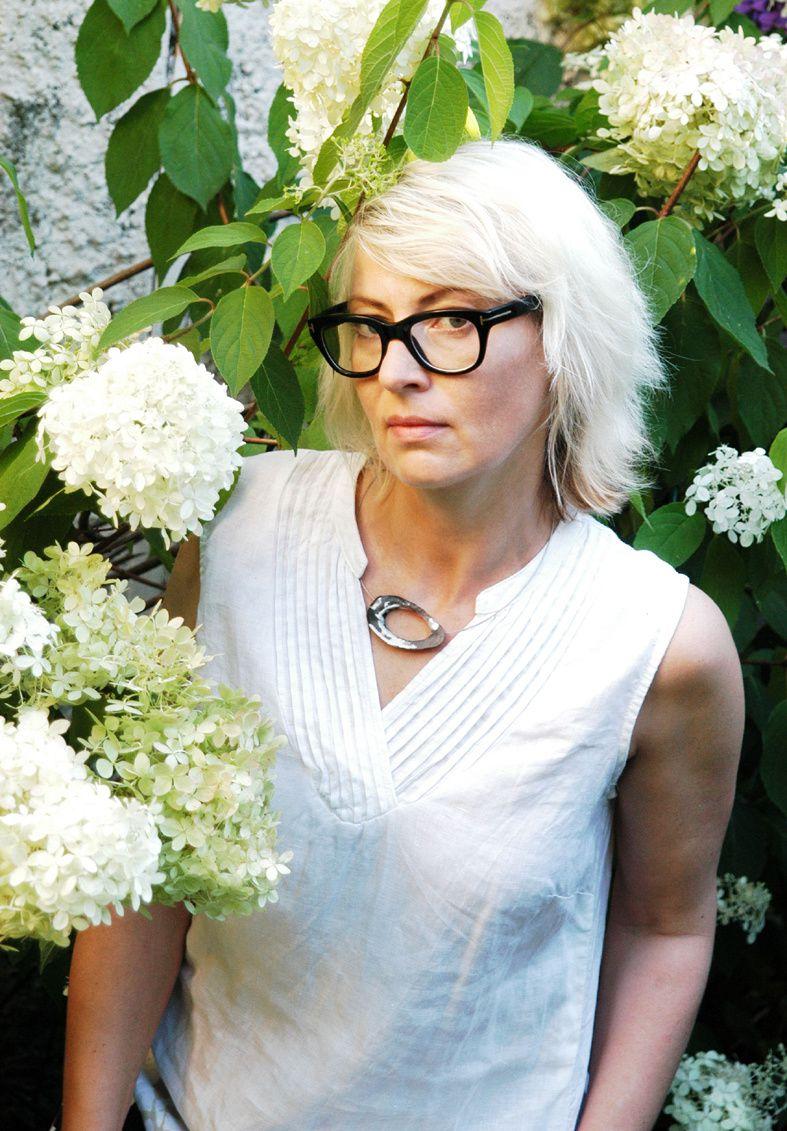 MIRA Collier mit Harzelement_im Garten