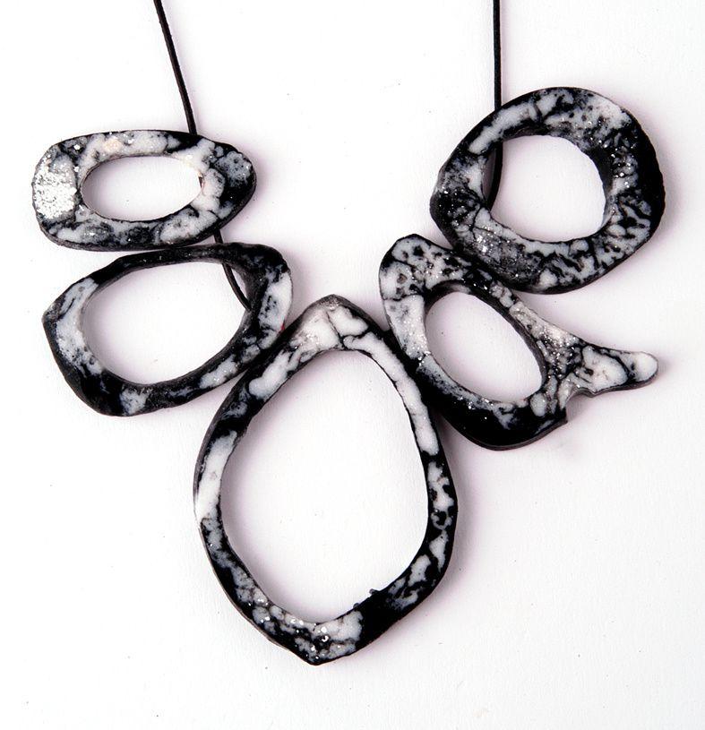 Kunstharz-Knochen-Replika in markant schwarz-weiß-marmorierter Optik, Schmuck von Edna Mo.