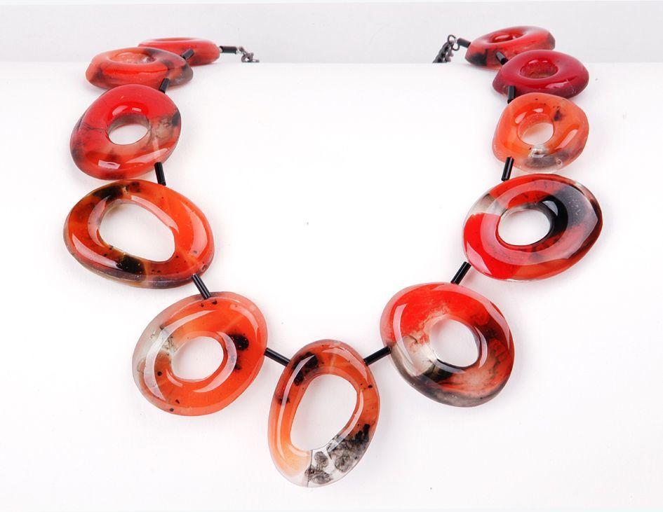 Rotes Collier aus Kunstharz-Ringen