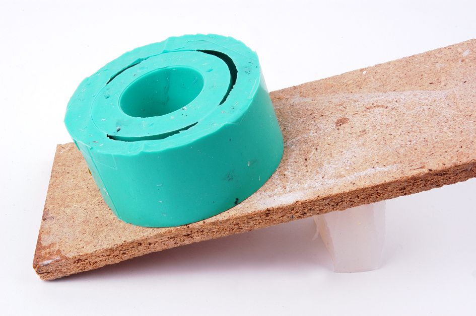 Farbeffekte in Kunstharz durch Einsatz einer schrägen Ebene.