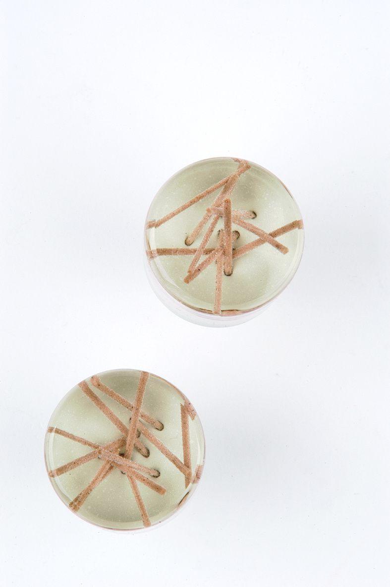 Soba-Nudeln sind in diese Kunstharz-Möbelknöpfe eingebettet.