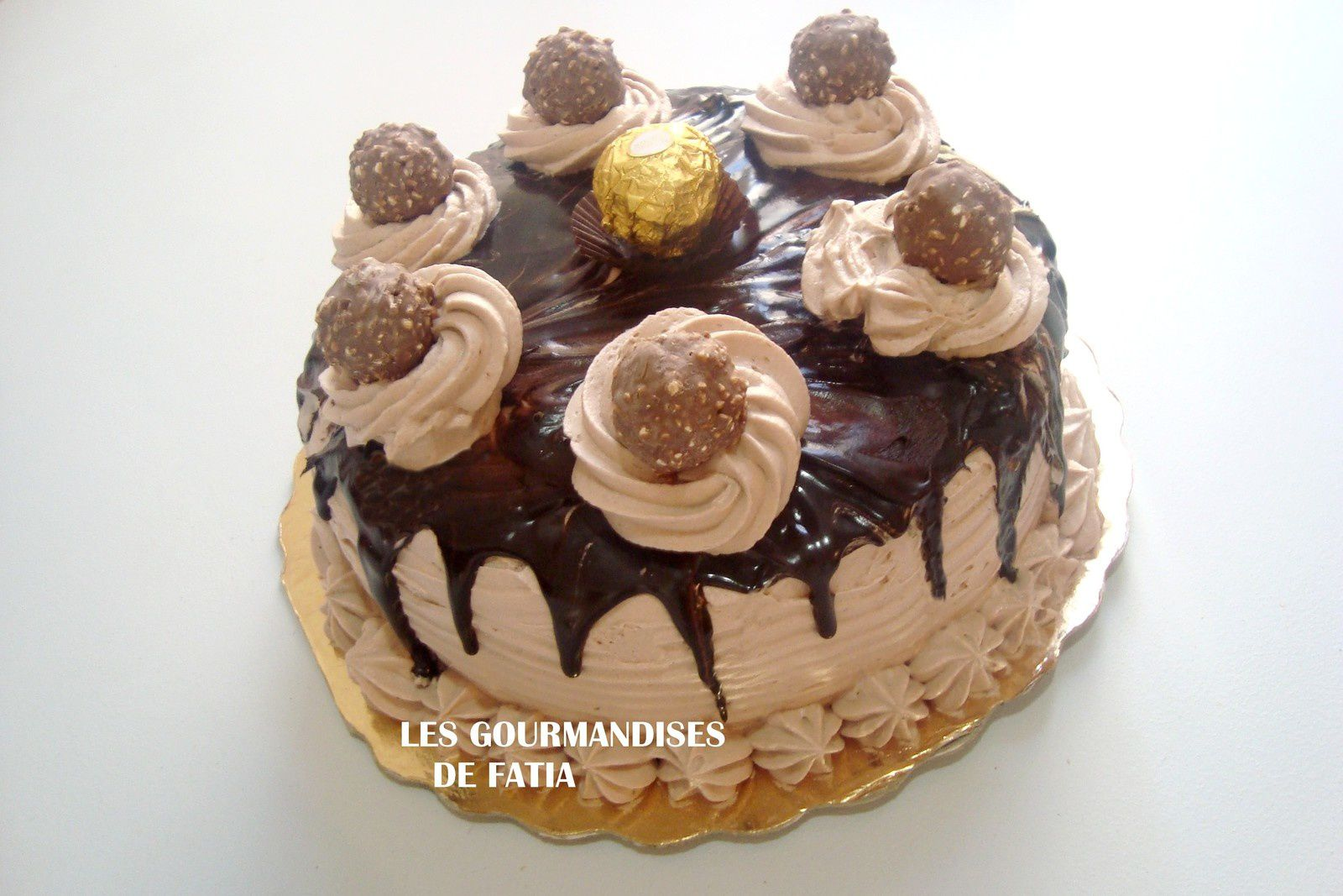 Un layer cake pour marquer la fin de l'année 2015 et accueillir la nouvelle année 2016,il est composé de 3 disques de génoise, la crème au beurre, ganache au chocolat et FERRERO ROCHER pour la décoration finale.