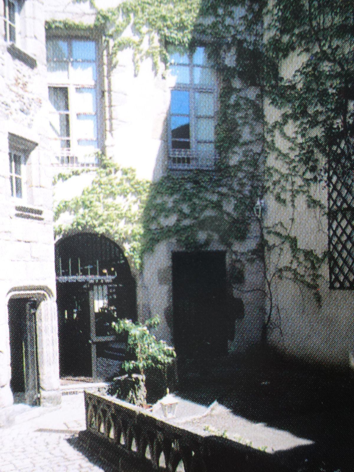 La tour (à gauche) dominant la cour intérieure (à droite) ancienne demeure des Chanoines- Comtes de Brioude, bâtiment du XVè siècle