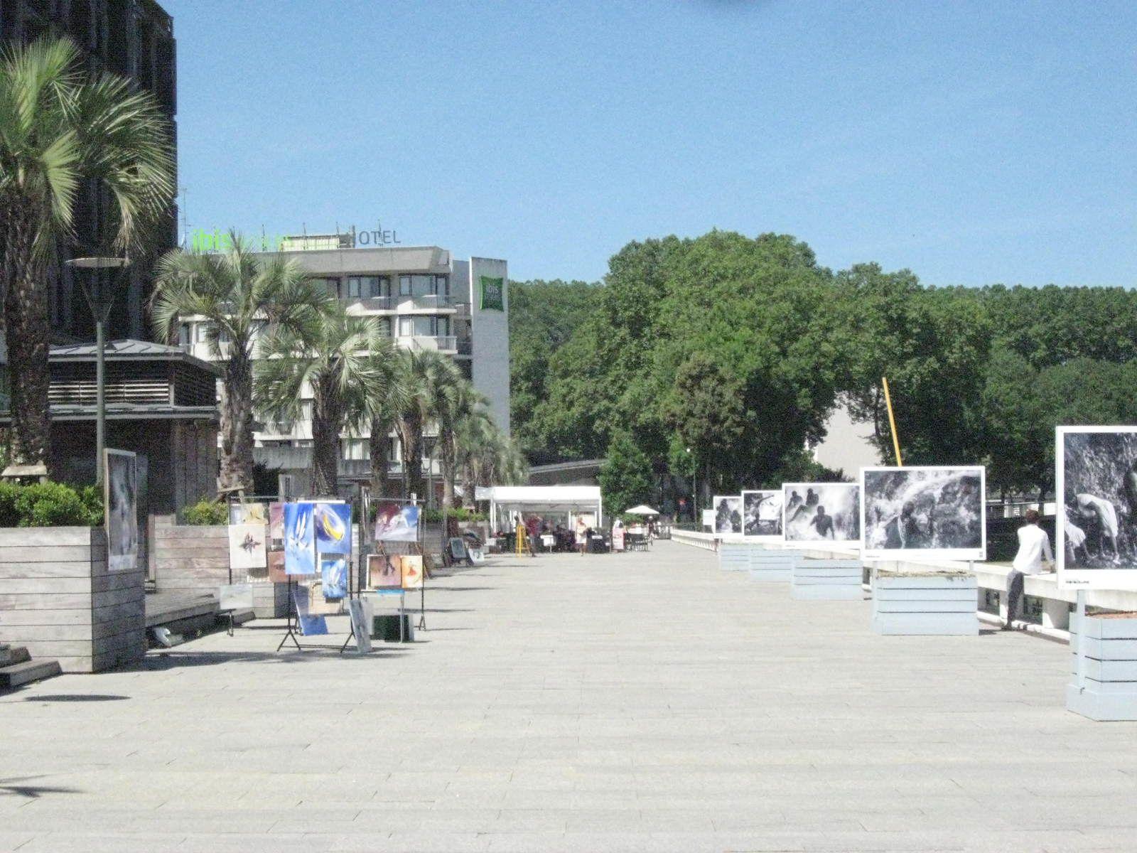 l'esplanade avec une expo de photographies