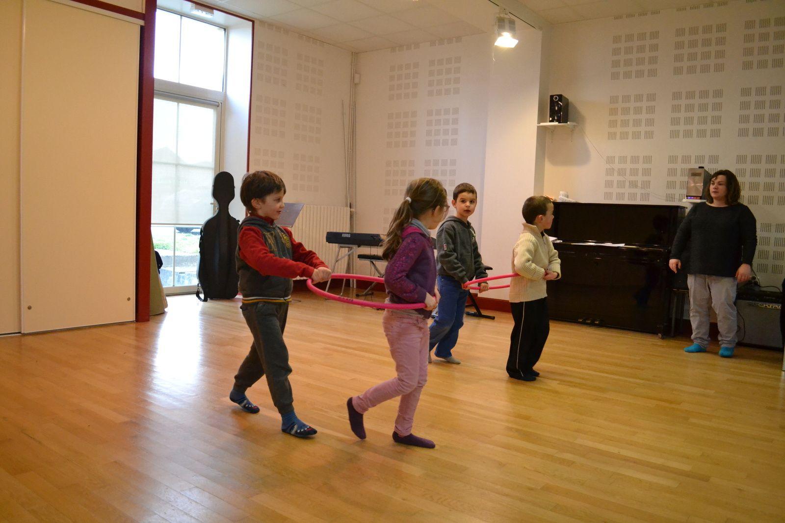 Les plus petits eux aussi dansent, et jouent ensembles !