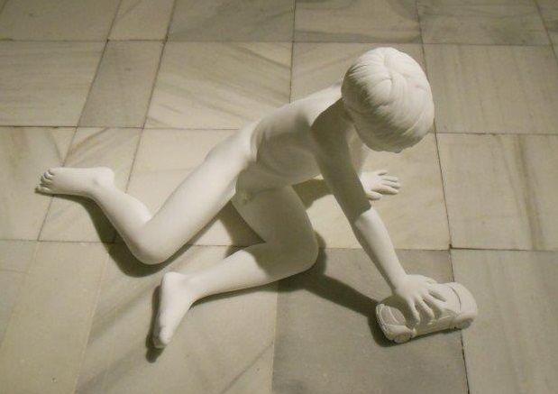 The New Beetle, 2006 - Acier peint, 53 X 88 X 72, ici exposé au Musée Reina Sofia à Madrid en 2014. Posée par terre, cette sculpture appelle un sol valorisant dans un espace généreux.