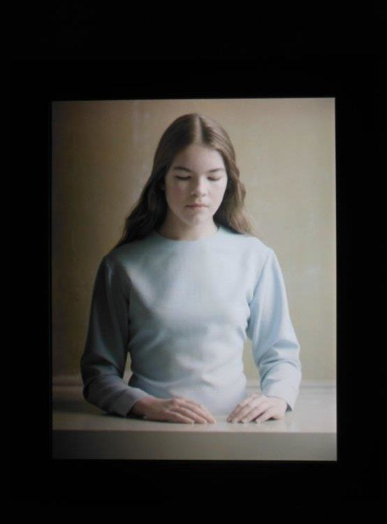 Michaël Borremans : The Bread (le Pain), 2012 – Ecran à cristaux liquides 46 X 38cm, vidéo 4 minutes en boucle. Une œuvre hypnotique en lien avec le sacrement chrétien de la communion.