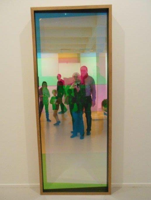 Olafur Eliasson, né en 1967 : Color Motoric Entrance, 2004 - Encadrement en bois, miroir et 5 filtres de couleur, 210 X 85 X 15cm