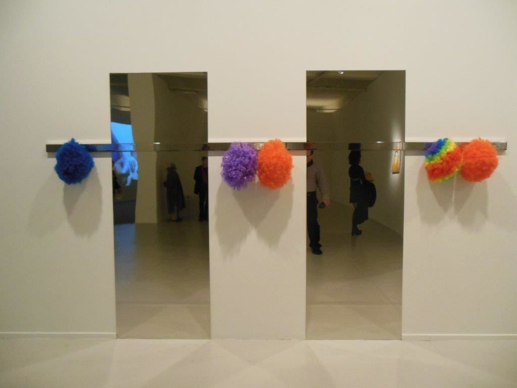Kathryn Andrew, née 1973 : Clown Rack, 2010 - Miroirs, acier inoxydable et perruques