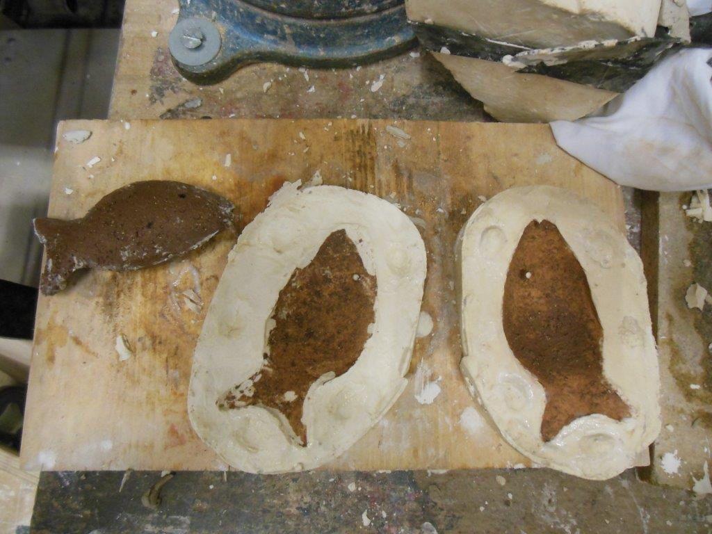 Les moules viennent d'être ouverts et la forme en terre enlevée.