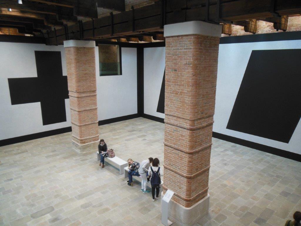 Issues de la série Wall Drawing #343, ces oeuvres de Sol LeWitt sont conçues à l'échelle du lieu pour être détruites à la fin de l'exposition. Avec une référence directe aux formes géométriques de Kasimir Malévitch.
