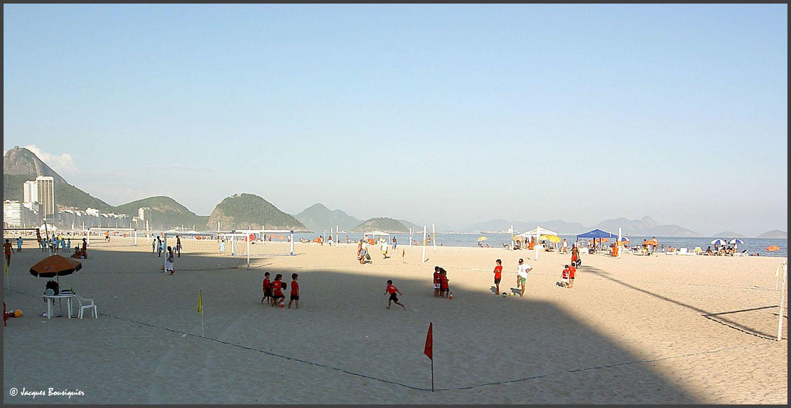 Football érigé en religion, des terrains sont aménagés sur la plage de Copacabana