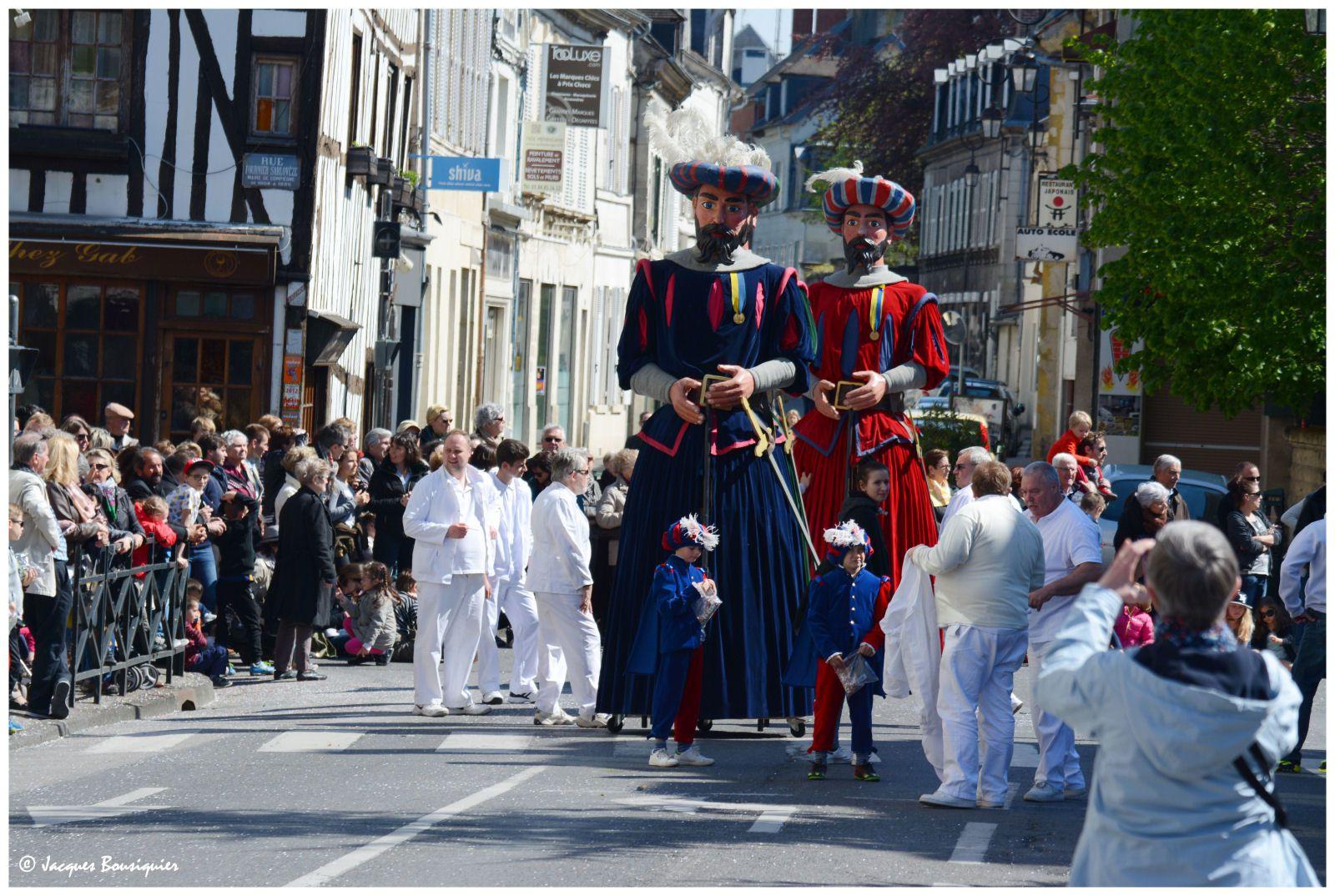 La Fête du Muguet à Compiègne : chars et groupes