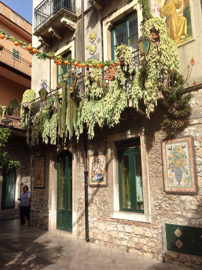 Minou fait le ménage à Taormine