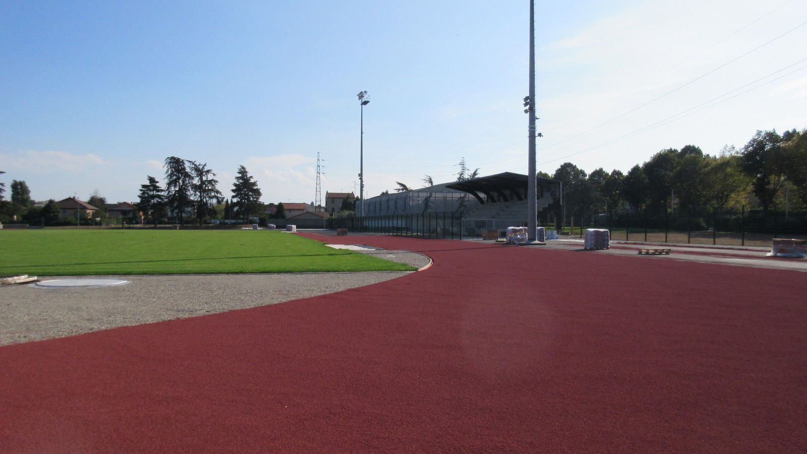 Plus que quelques semaines avant l'inauguration de la piste d'athlétisme du stade Laurent-Gerin - Photo: YR et Sports Vénissians