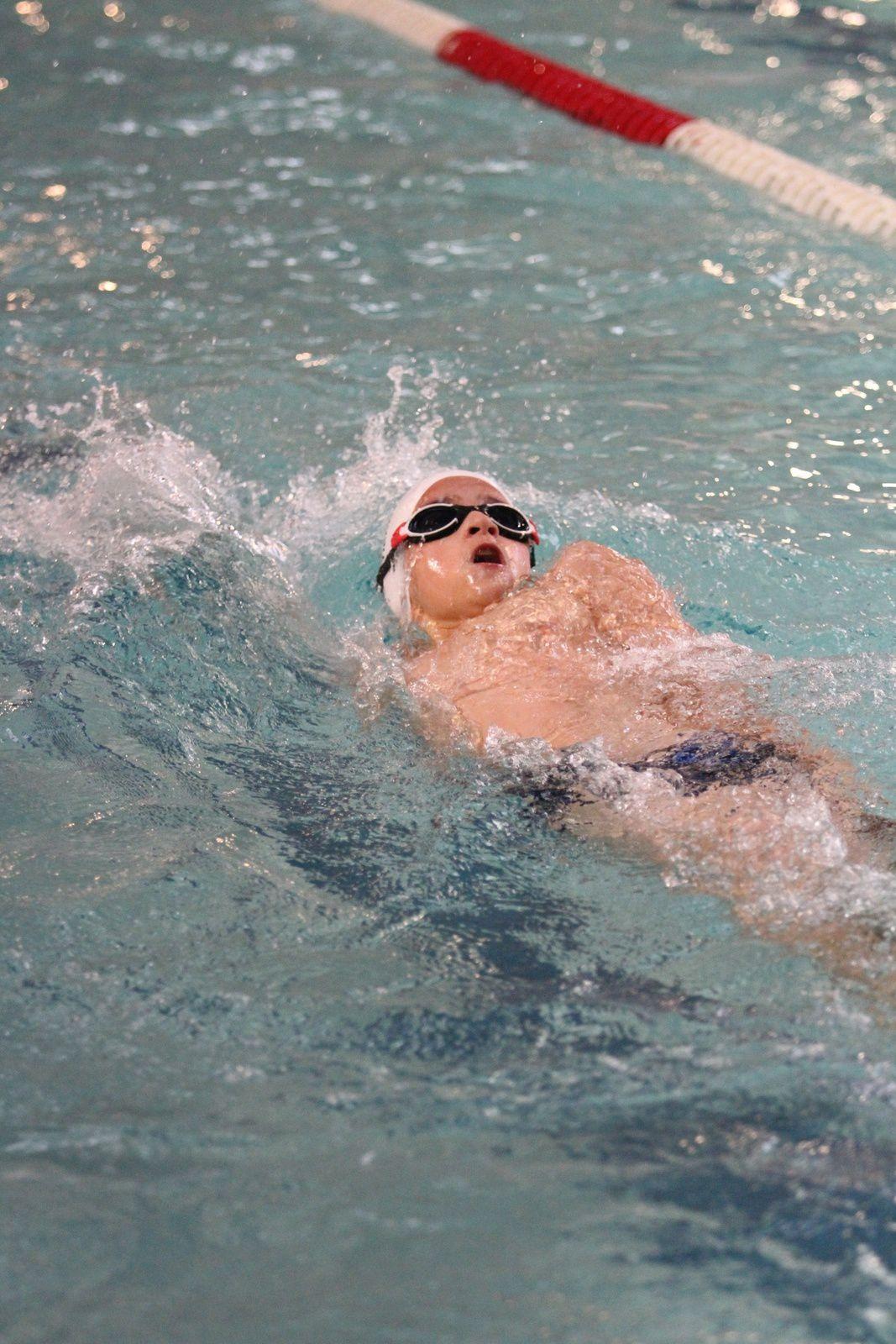 Dans un bassin semi-eclairé, les nageurs poussins et benjamins de sept clubs du Rhônbe ont bataillé ferme pour emporter la 26e édition de la Coupe de la Ville