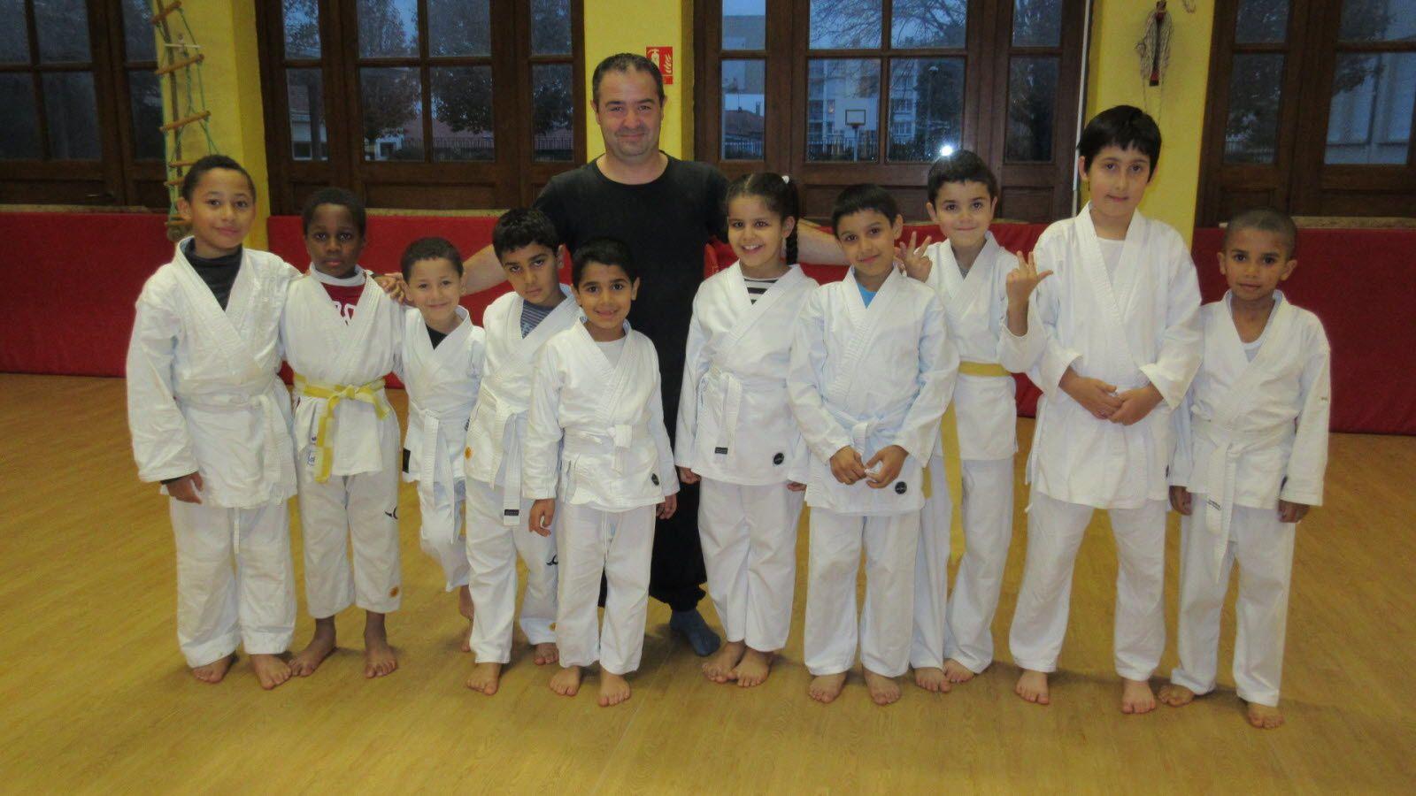 Quelques jeunes enfants du Bunkaï Karaté Do et Jean-Philippe Delrey leur entraîneur