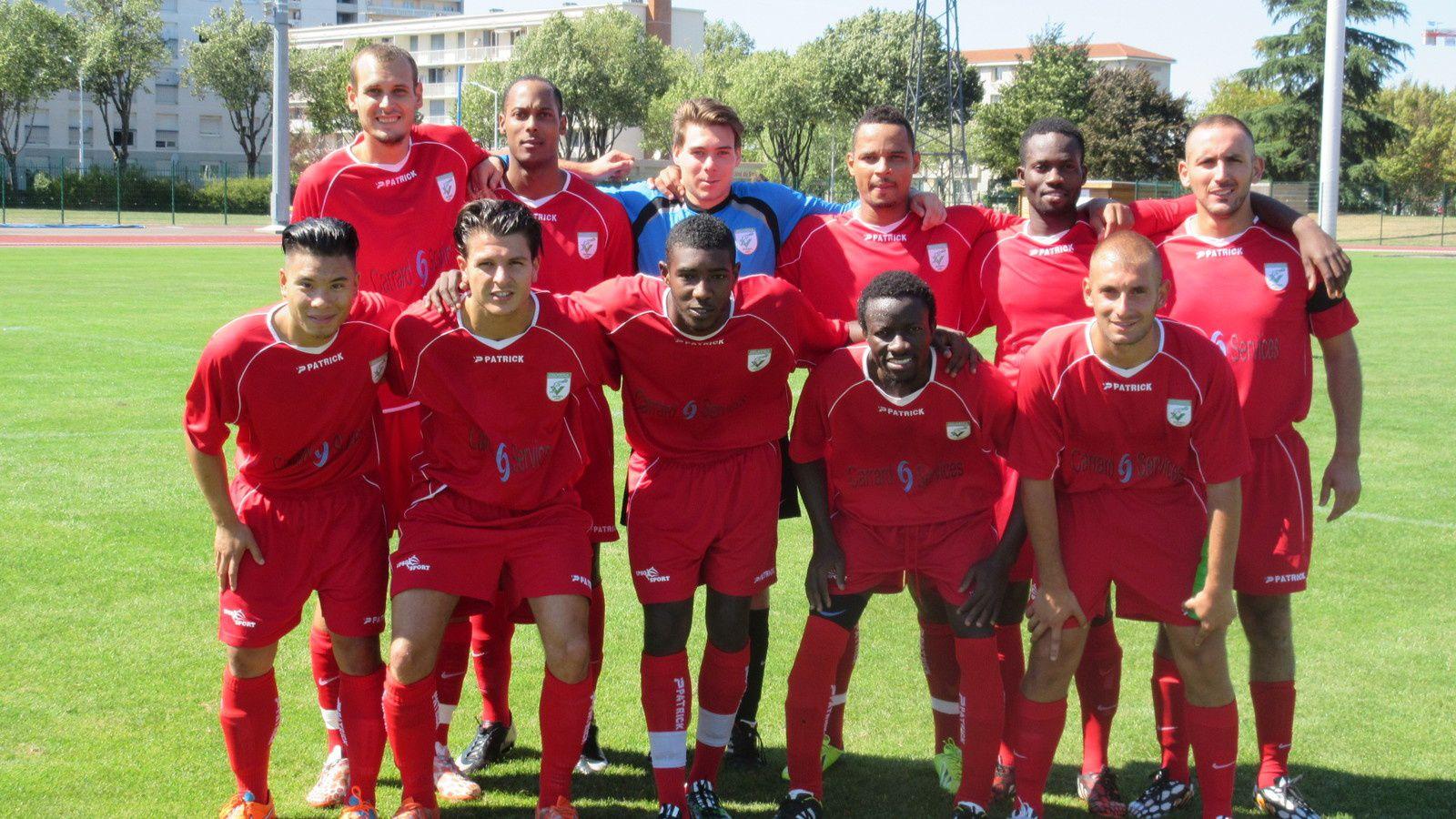 Arezki Chibani et l'équipe fanion qui évolue en excellence de district du Rhône