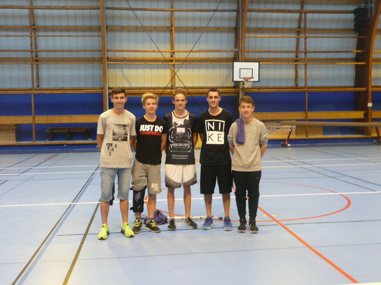 Quelques U15M1 et leur entraîneur Kevin Clivetfinalistes en région groupe B - Photos : © ALVP Basket