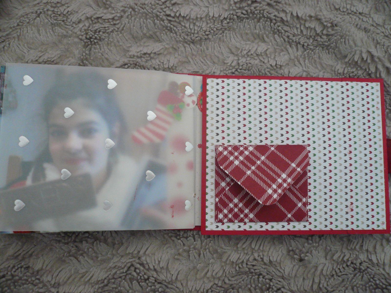 un rabat à pochette secrète, ici un petit livre d'or de Noël et un papier velin qui dissimule un peu une photo