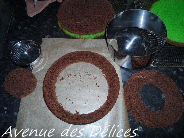 Le gâteau au chocolat découpé en trois.