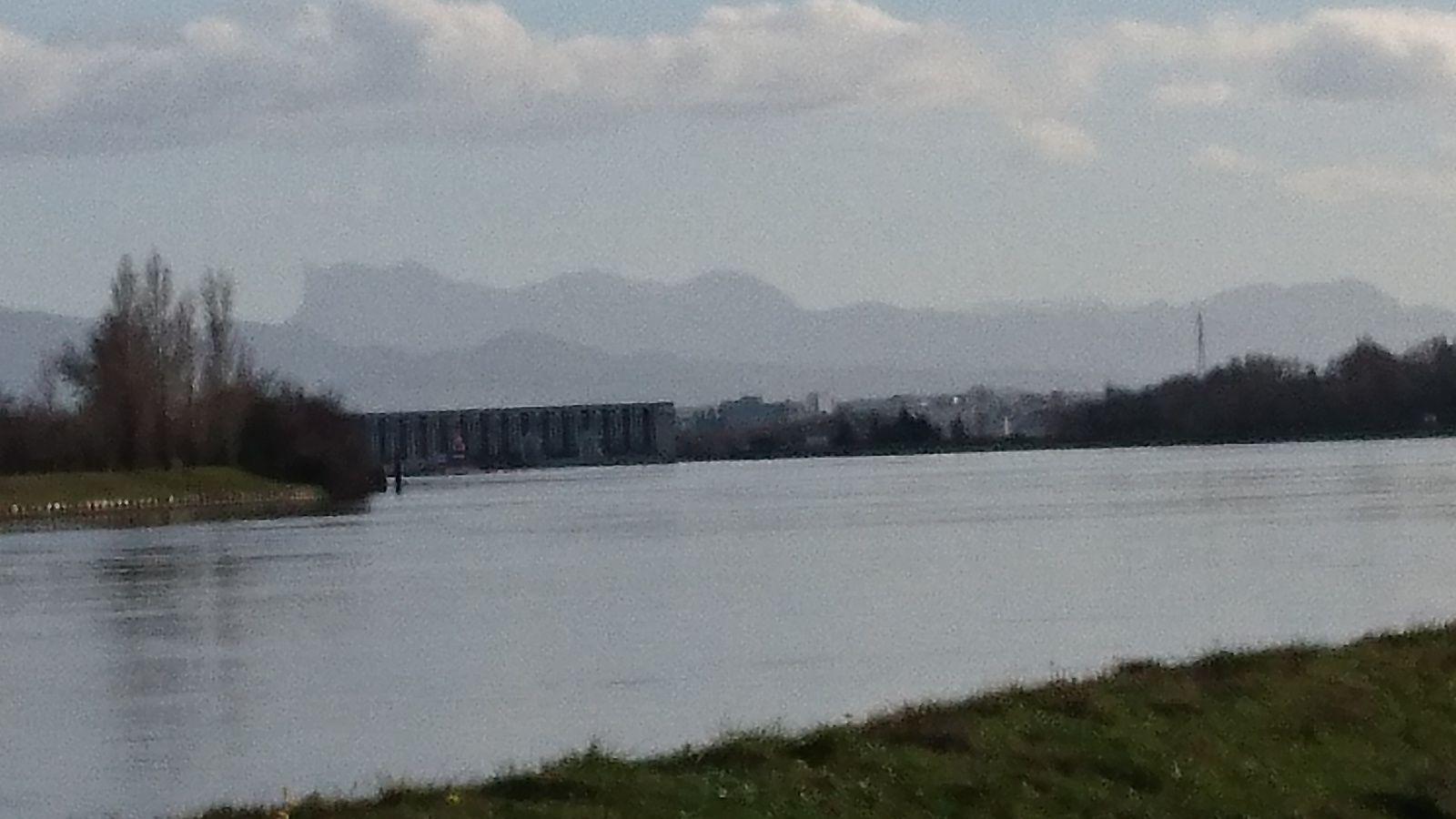 Barrage de Bourg les Valence sur le Rhône, et les Trois-Becs au loin.