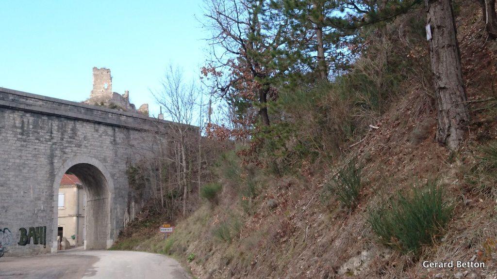 Pontaix : le pont de chemin de fer, et les vestiges de la tour médiévale qui semble posée sur le pont