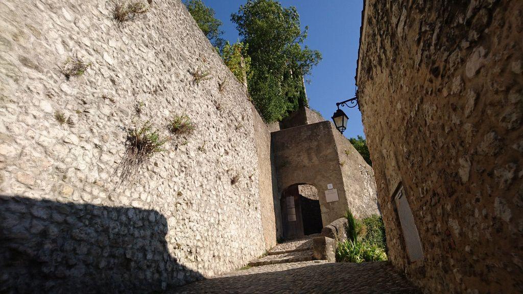 La porte d'entrée dans les remparts de la Tour.