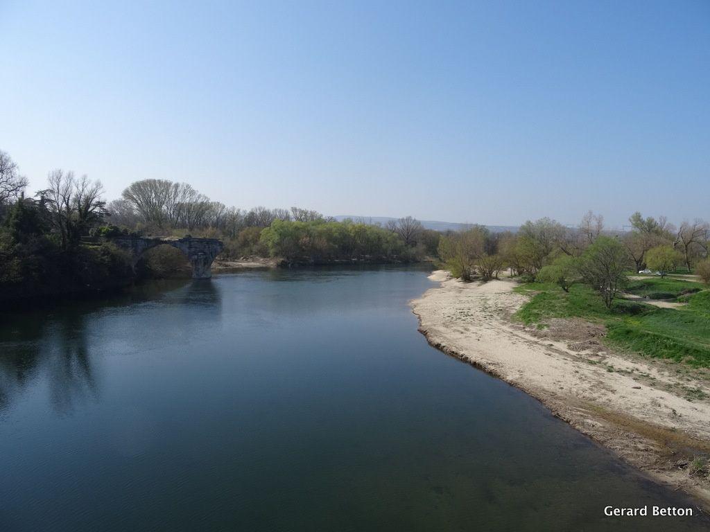L'Ardèche, au nord de Pont-Saint-Esprit,quelques kilomètres avant qu'elle ne se jette dans le Rhône.