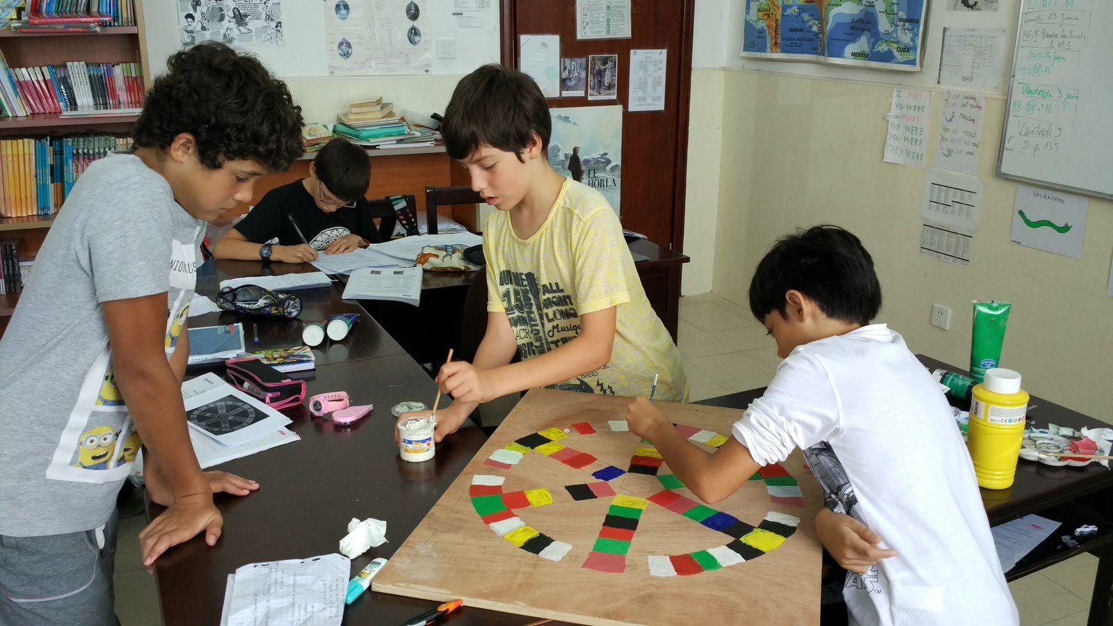 Après une intense reflexion sur la conception, des notes géométriques, des tentatives au crayon, nous peignons enfin notre plateau de jeu avec les 6° et 5°.