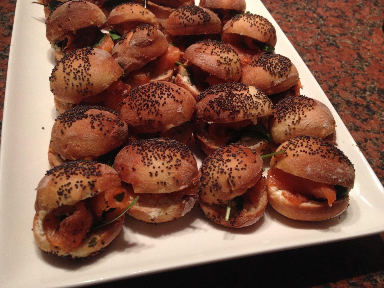 Mini navettes fourrées au saumon fumé, jeunes pousses et Philadelphia