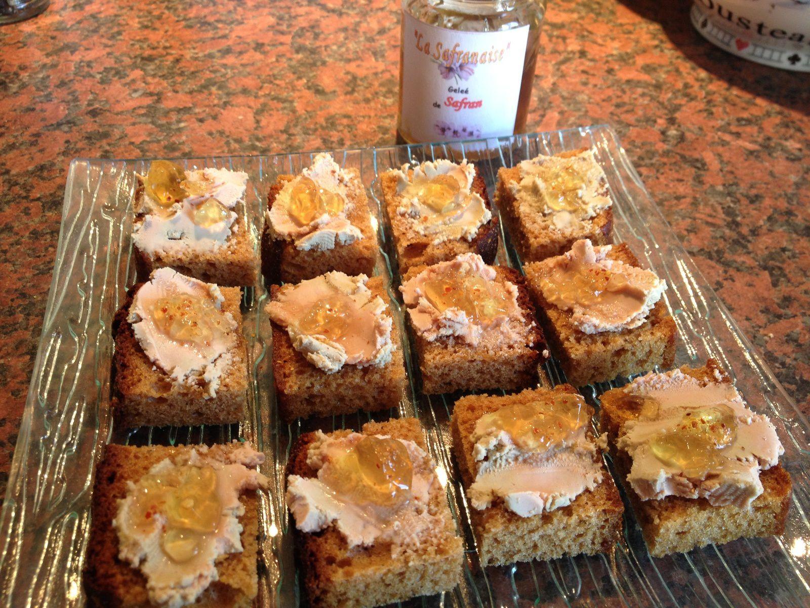 Mini canap s de pain d 39 pices foie gras et confit de for Canape foie gras