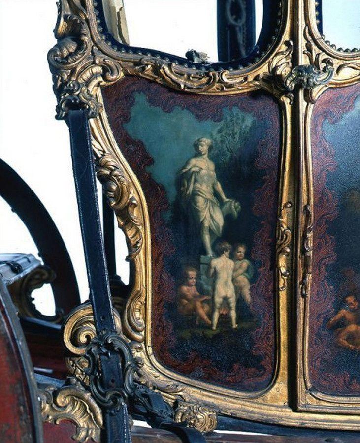 Berline de la maison du Roi (détail), anonyme, Paris, vers 1760 Bois sculpté et doré, laques noire, rouge, peinture à l'huile vernie polie, laque aventurine, laque transparente. Intérieur garni de velours bleu brodé d'or, taffetas bleu, cuir, verre et métal.  Lisbonne, Museu Nacional dos coches