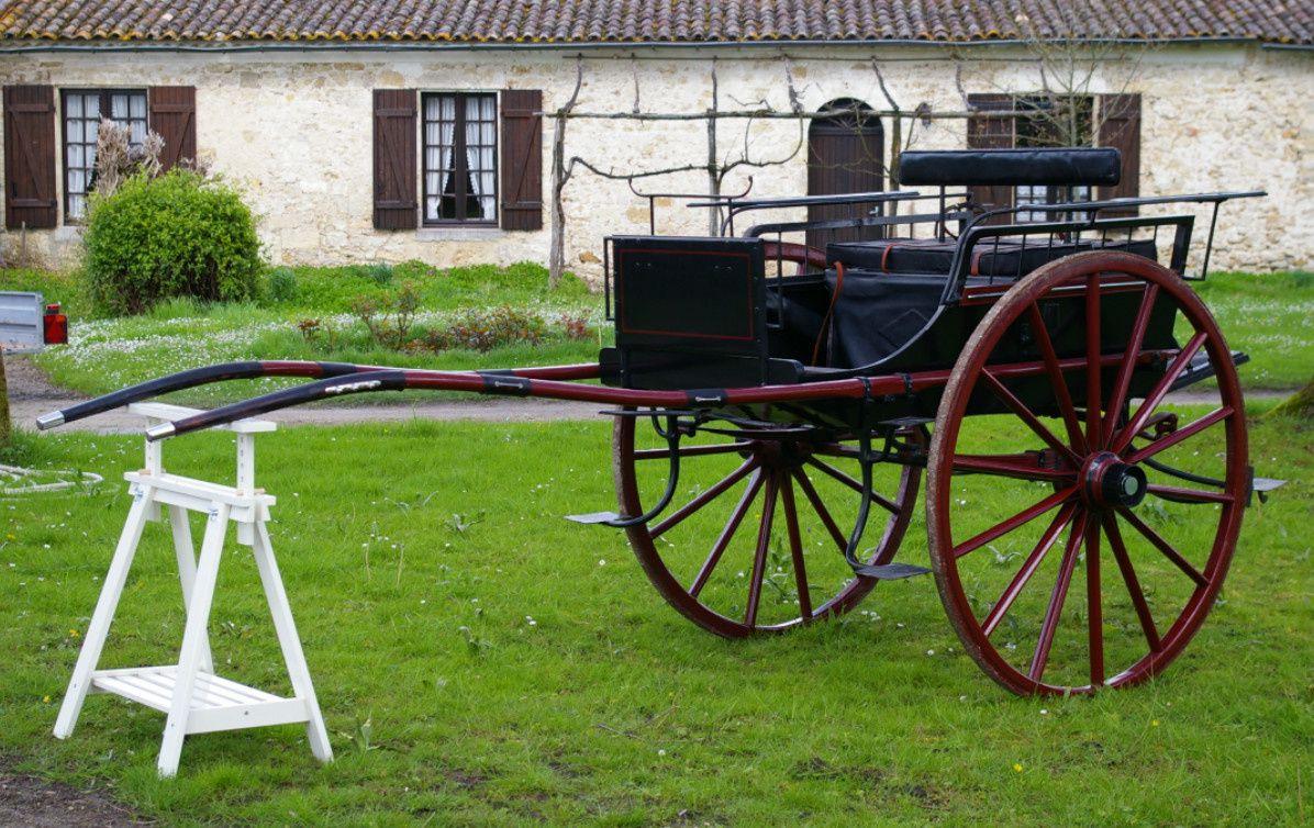 CHARRETTE; Restaurée, sellerie cuir; vendue avec panier parapluie. Roues 1m35