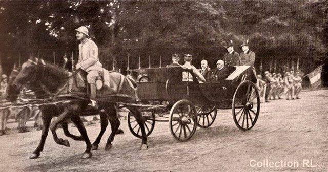 1918-le président Poincaré et Clémenceau au défilé du 14 juillet. Les postillons n'ont pas encore retrouvé la livrée présidentielle.