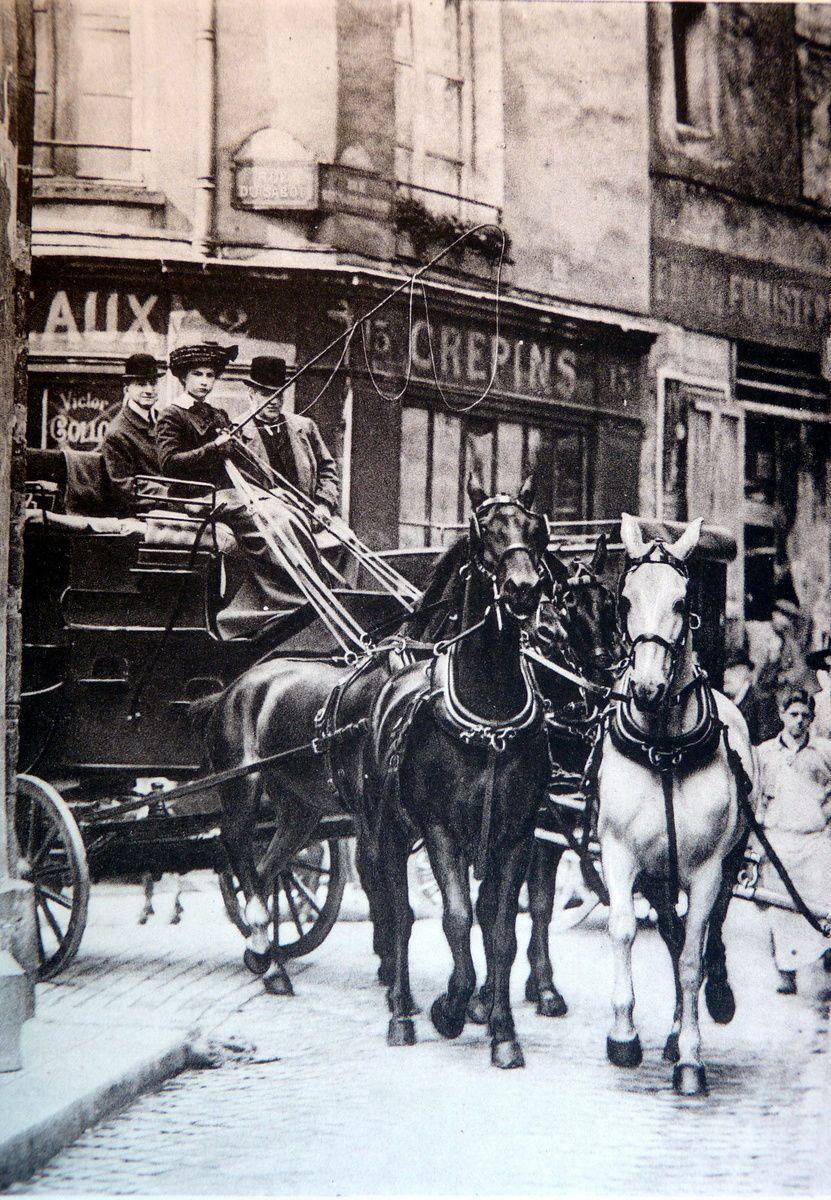 Delton 1906: Coach mené par Miss Marion Hollins, jeune américaine de 16 ans, élève d'Edwin Howlett, qui à ses côtés, la fait passer dans les rues les plus étroites du vieux Paris tel la rue du sabot
