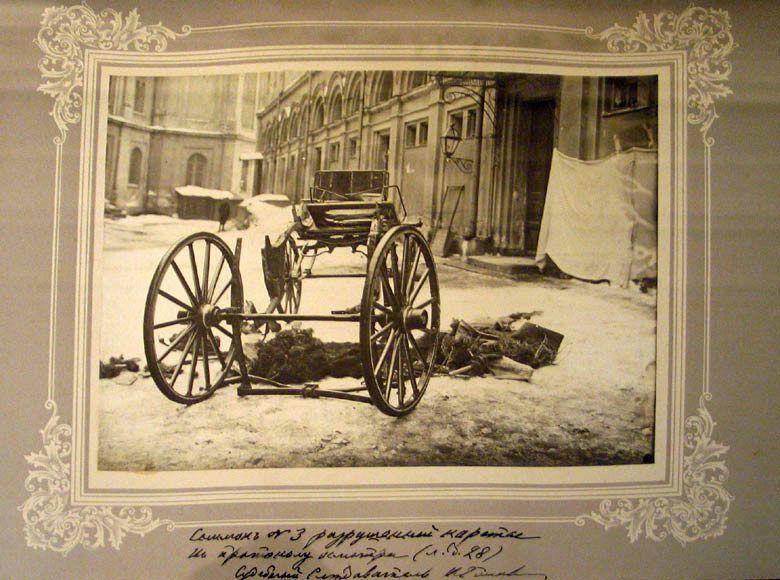 Vestiges de la voiture du Grand Duc Serge. Photographie ancienne.
