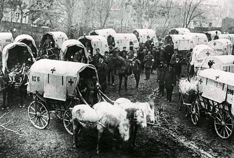 Départ de Paris, en 1870, d'un convoi de la Croix Rouge et, lors du conflit russo-turque, des ambulances amenant des blessés à l'hôpital de campagne  (Coll Figoli)