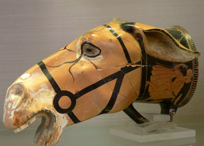 Rhyton attique en forme de tête de mulet provenant d'une nécropole pré-romaine 475-450 av JC (Musée archéologique d'Aléria)