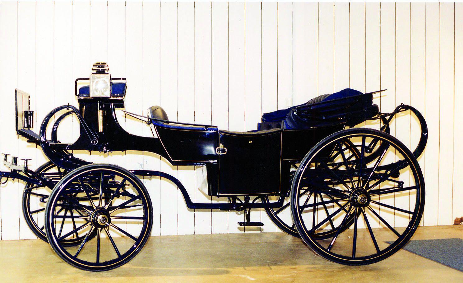Une des plus charmantes voitures de la collection, une Caleche par Million & Guiet de Paris a été au service de la 'Princesse Alexandra', rôle joué par l'actrice Grace Kelly, quelques mois avant qu'elle n'accède au titre de Princesse de Monaco.