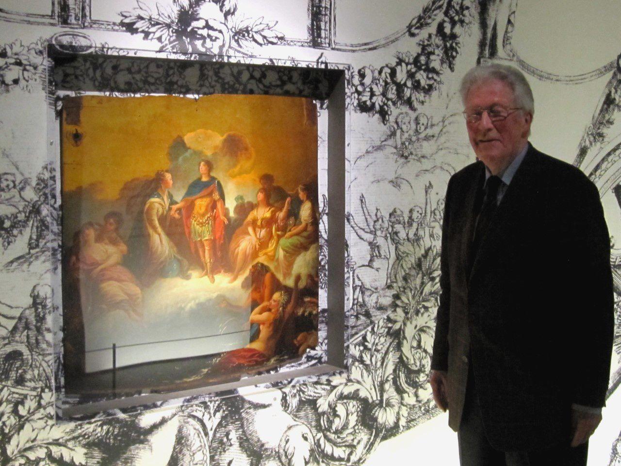 Rudolf H. Wackernagel devant le panneau de la portière gauche, le 16 mars 2012 pour l'inauguration de l'exposition  Roulez carrosses !