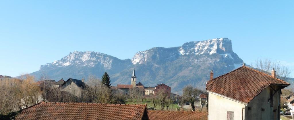 Le Granier depuis Les Marches. Le clocher indique le col de l'Alpette.