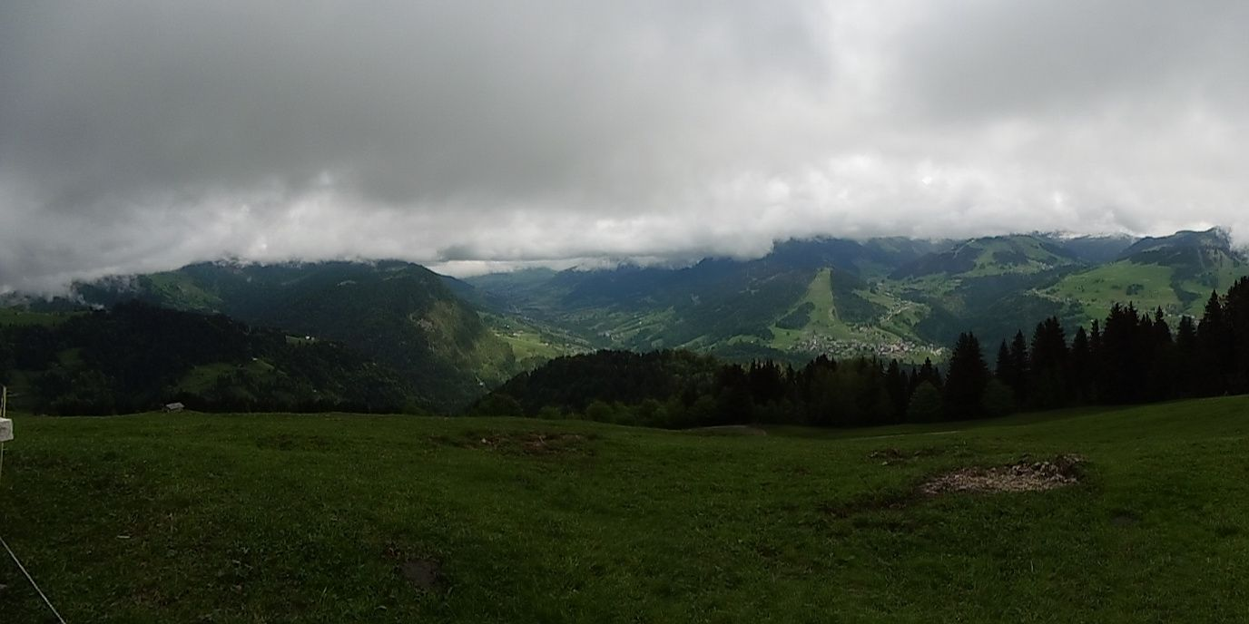 Le panorama se dégage un peu vers le Val d'Arly.