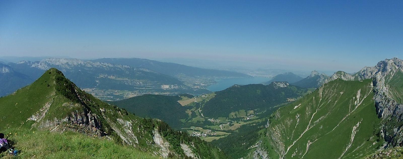 Un panorama sur le lac d'Annecy, du Banc Fleury à la Tournette.
