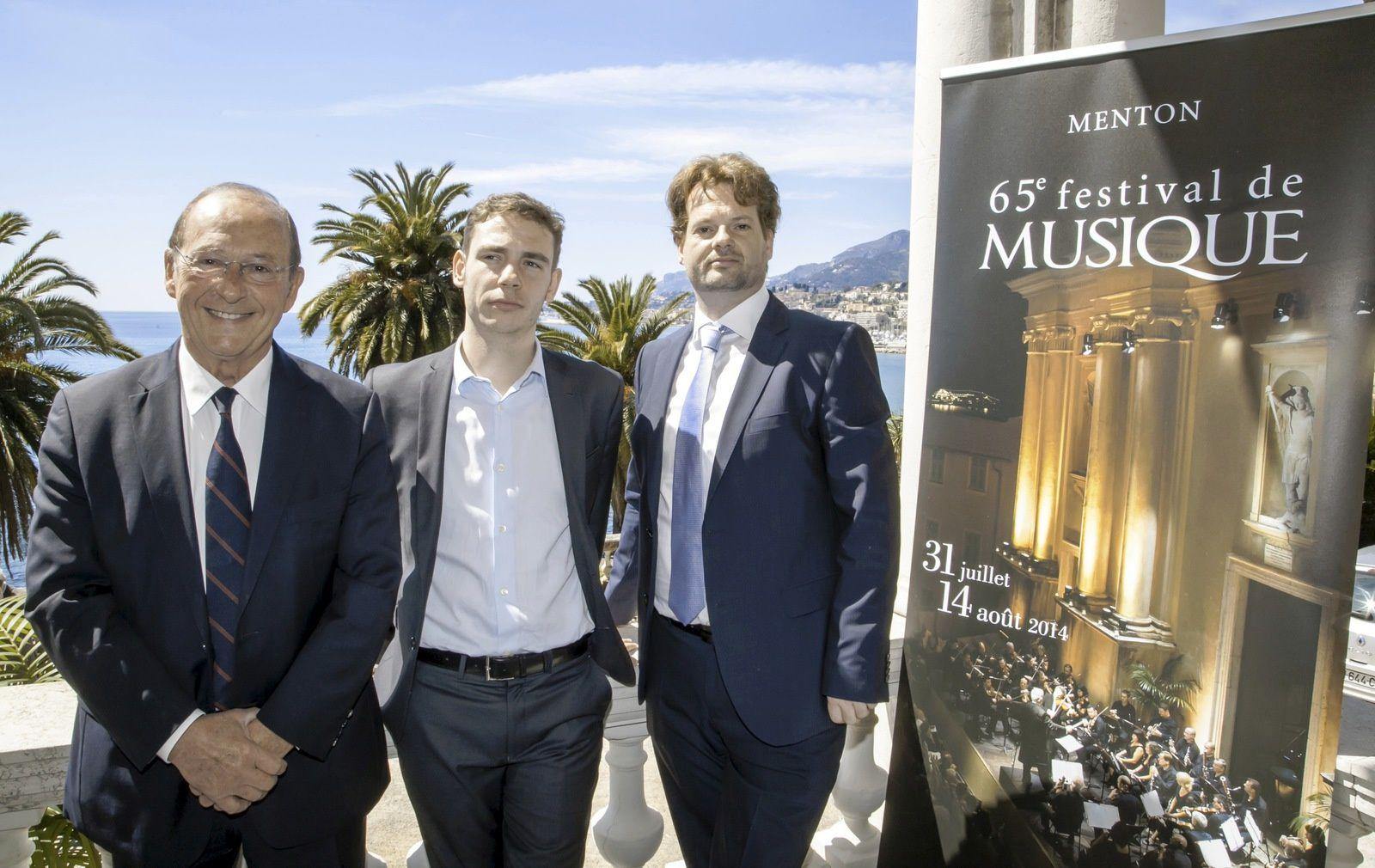 De gauche / Jean-Claude Guibal, député-maire de Menton, Geoffroy Couteau**, pianiste et Paul-Emmanuel Thomas, directeur artistique du Festival