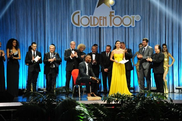 1e Golden Foot Award Monaco en 2013, de gauche vers la droite, Michele Caliendo Golden Foot President, Antonio Caliendo World Champions President, Prince Albert II of Monaco, Carlos Valderrama Golden Foot Legend 2013, Didier Drogba Golden Foot Award Winner 2013, Osvaldo Ardiles Golden Foot Legend 2013, Jean Pierre Papin Golden Foot Legend 2013, Lorena Baricalla, Master of Ceremony, Armand Assante, Hollywood Actor, Tony Schiena, Hollywood Actor and Julius R. Nasso, Film Producer